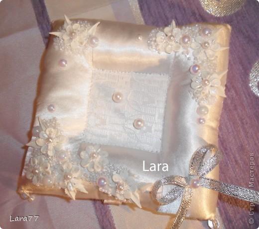 Представляю вам еще несколько свадебных подушечек. Очень хотелось внести хоть какое то разнообразие в декор,не отходя от классических светлых цветов. Вместо розового решила попробовать персиковый оттенок. фото 8