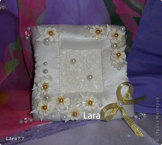 Представляю вам еще несколько свадебных подушечек. Очень хотелось внести хоть какое то разнообразие в декор,не отходя от классических светлых цветов. Вместо розового решила попробовать персиковый оттенок. фото 11