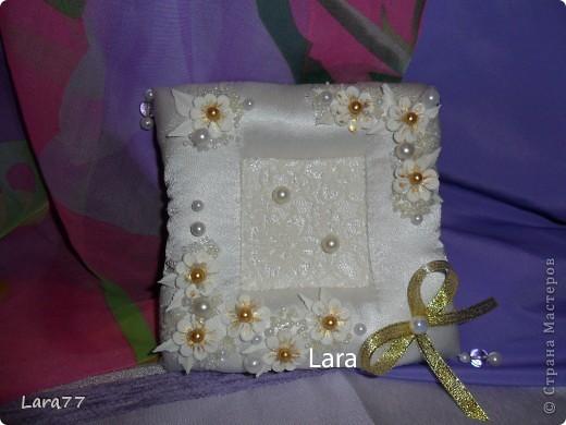 Представляю вам еще несколько свадебных подушечек. Очень хотелось внести хоть какое то разнообразие в декор,не отходя от классических светлых цветов. Вместо розового решила попробовать персиковый оттенок. фото 12