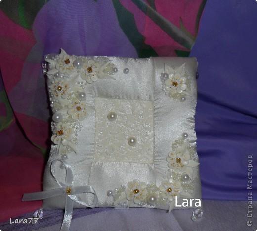 Представляю вам еще несколько свадебных подушечек. Очень хотелось внести хоть какое то разнообразие в декор,не отходя от классических светлых цветов. Вместо розового решила попробовать персиковый оттенок. фото 4