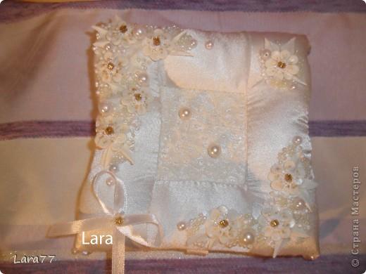 Представляю вам еще несколько свадебных подушечек. Очень хотелось внести хоть какое то разнообразие в декор,не отходя от классических светлых цветов. Вместо розового решила попробовать персиковый оттенок. фото 5