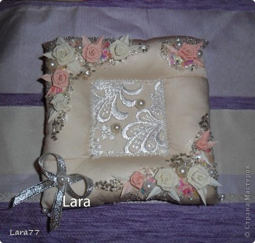 Представляю вам еще несколько свадебных подушечек. Очень хотелось внести хоть какое то разнообразие в декор,не отходя от классических светлых цветов. Вместо розового решила попробовать персиковый оттенок. фото 1