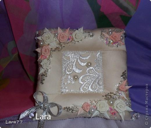 Представляю вам еще несколько свадебных подушечек. Очень хотелось внести хоть какое то разнообразие в декор,не отходя от классических светлых цветов. Вместо розового решила попробовать персиковый оттенок. фото 3