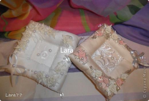 Представляю вам еще несколько свадебных подушечек. Очень хотелось внести хоть какое то разнообразие в декор,не отходя от классических светлых цветов. Вместо розового решила попробовать персиковый оттенок. фото 13