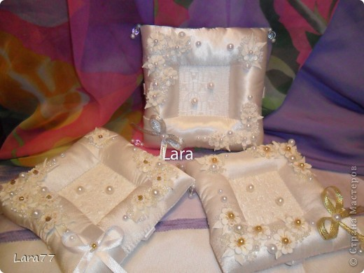 Представляю вам еще несколько свадебных подушечек. Очень хотелось внести хоть какое то разнообразие в декор,не отходя от классических светлых цветов. Вместо розового решила попробовать персиковый оттенок. фото 14
