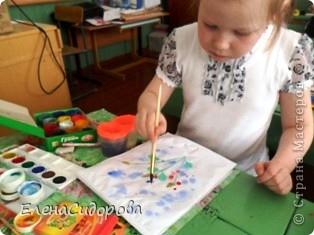 Такую необычную мимозу к 8 Марта мы рисовали с первоклассниками для мам. фото 5