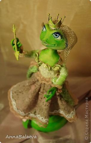 Царевна-лягушка сделана на заказ для коллекционера лягушек=) Материал паперклей, роспись акриловыми красками, на проволочном каркассе. В руках держит стрелу в ожидании принца:)))  фото 2