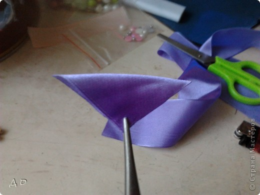 """Вот что понадобится для работы: зажигалка, клей """"момент-кристалл"""", пинцет, ножницы, игла и нить, атласные ленты 5х5 фото 3"""