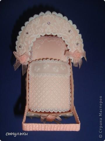 Добрый день, жителям страны мастеров! Извиняюсь за долгое отсутствие! Сегодня показываю колясочку для денег в подарок новорожденному! Огромное спасибо tanjuscha за присланную схему колясочки! Основной фон коляски нежно-розовый. Но из-за плохого качества фото к сожалению этого совсем не видно.  фото 1