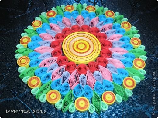 Однажды, увидев в кабинете у систадминов подставку из пластика из упаковки дисков, к которой были прикреплены ножки из резиновых кружочков, у меня родилась идея украсить цветочками в технике квиллинг. Я забрала подставку и через пару дней она вернулась к хозяину уже с яркими цветочками, что привело его в восторг. фото 5