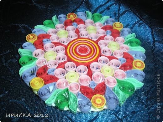 Однажды, увидев в кабинете у систадминов подставку из пластика из упаковки дисков, к которой были прикреплены ножки из резиновых кружочков, у меня родилась идея украсить цветочками в технике квиллинг. Я забрала подставку и через пару дней она вернулась к хозяину уже с яркими цветочками, что привело его в восторг. фото 3