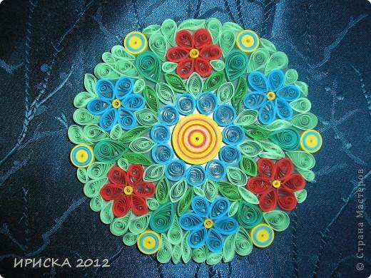 Однажды, увидев в кабинете у систадминов подставку из пластика из упаковки дисков, к которой были прикреплены ножки из резиновых кружочков, у меня родилась идея украсить цветочками в технике квиллинг. Я забрала подставку и через пару дней она вернулась к хозяину уже с яркими цветочками, что привело его в восторг. фото 1
