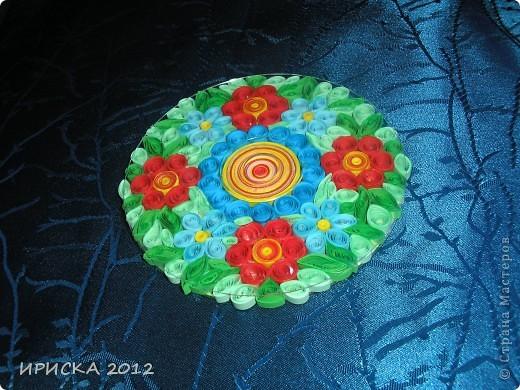 Однажды, увидев в кабинете у систадминов подставку из пластика из упаковки дисков, к которой были прикреплены ножки из резиновых кружочков, у меня родилась идея украсить цветочками в технике квиллинг. Я забрала подставку и через пару дней она вернулась к хозяину уже с яркими цветочками, что привело его в восторг. фото 4
