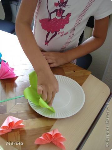 Всем здравствуйте! Прдолжаем серию цветочных тарелок. На прошлом занятии делали тарелочки с космеей (http://stranamasterov.ru/node/407195). В этот раз получились такие тарелочки. Цветы делали по МК Мамули Ванюли (http://stranamasterov.ru/node/252415?tid=451%2C8500). Это упрощенный вариант лепестка, и детки с ним справились. фото 5