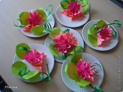 Всем здравствуйте! Прдолжаем серию цветочных тарелок. На прошлом занятии делали тарелочки с космеей (http://stranamasterov.ru/node/407195). В этот раз получились такие тарелочки. Цветы делали по МК Мамули Ванюли (http://stranamasterov.ru/node/252415?tid=451%2C8500). Это упрощенный вариант лепестка, и детки с ним справились. фото 1