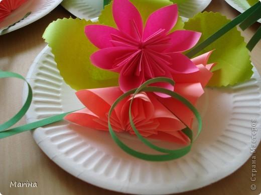 Всем здравствуйте! Прдолжаем серию цветочных тарелок. На прошлом занятии делали тарелочки с космеей (http://stranamasterov.ru/node/407195). В этот раз получились такие тарелочки. Цветы делали по МК Мамули Ванюли (http://stranamasterov.ru/node/252415?tid=451%2C8500). Это упрощенный вариант лепестка, и детки с ним справились. фото 6