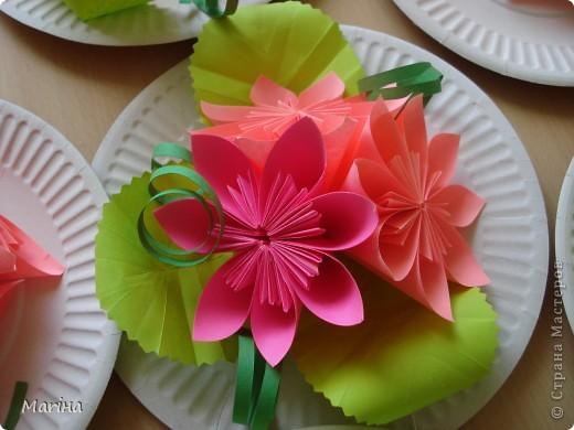 Всем здравствуйте! Прдолжаем серию цветочных тарелок. На прошлом занятии делали тарелочки с космеей (http://stranamasterov.ru/node/407195). В этот раз получились такие тарелочки. Цветы делали по МК Мамули Ванюли (http://stranamasterov.ru/node/252415?tid=451%2C8500). Это упрощенный вариант лепестка, и детки с ним справились. фото 2