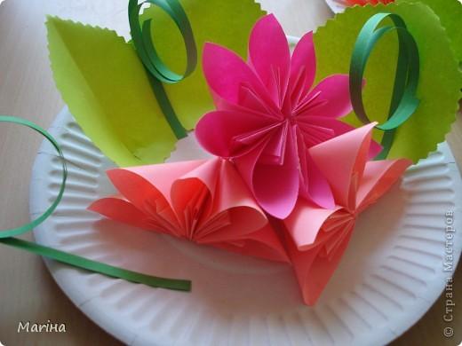 Всем здравствуйте! Прдолжаем серию цветочных тарелок. На прошлом занятии делали тарелочки с космеей (http://stranamasterov.ru/node/407195). В этот раз получились такие тарелочки. Цветы делали по МК Мамули Ванюли (http://stranamasterov.ru/node/252415?tid=451%2C8500). Это упрощенный вариант лепестка, и детки с ним справились. фото 7