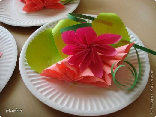 Всем здравствуйте! Прдолжаем серию цветочных тарелок. На прошлом занятии делали тарелочки с космеей (http://stranamasterov.ru/node/407195). В этот раз получились такие тарелочки. Цветы делали по МК Мамули Ванюли (http://stranamasterov.ru/node/252415?tid=451%2C8500). Это упрощенный вариант лепестка, и детки с ним справились. фото 8