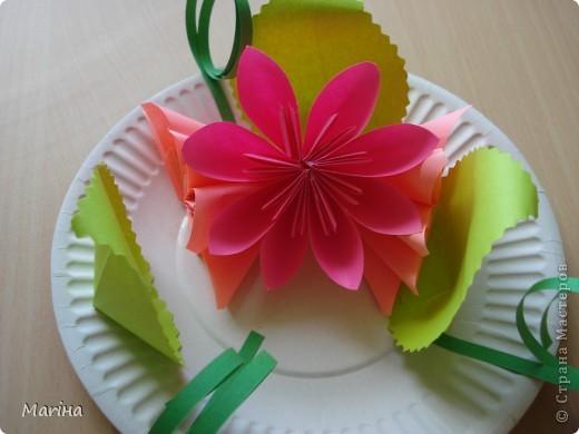 Всем здравствуйте! Прдолжаем серию цветочных тарелок. На прошлом занятии делали тарелочки с космеей (http://stranamasterov.ru/node/407195). В этот раз получились такие тарелочки. Цветы делали по МК Мамули Ванюли (http://stranamasterov.ru/node/252415?tid=451%2C8500). Это упрощенный вариант лепестка, и детки с ним справились. фото 10