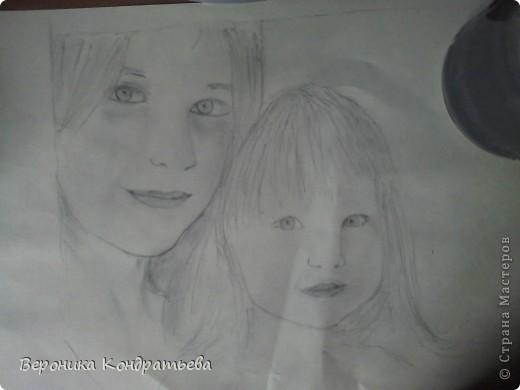 решила нарисовать свою подругу  и её сестренку... пока рисовала, весь листочек измяла! Результатом не очень довольна, потому что когда смотрю на оригинал и на вот ЭТО... Сразу видно что чего то не хватает, не очень похоже.... А вот чего именно не хватает понять не могу...  В маленькой девочке там я губы немного по другому нарисовала, а вот во взрослой... не понимаю =-( фото 2