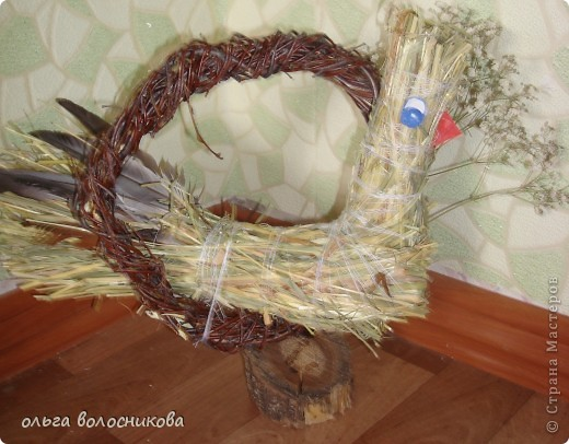 Птичка выполнена из сена,круг сплела из березовых веток. фото 2