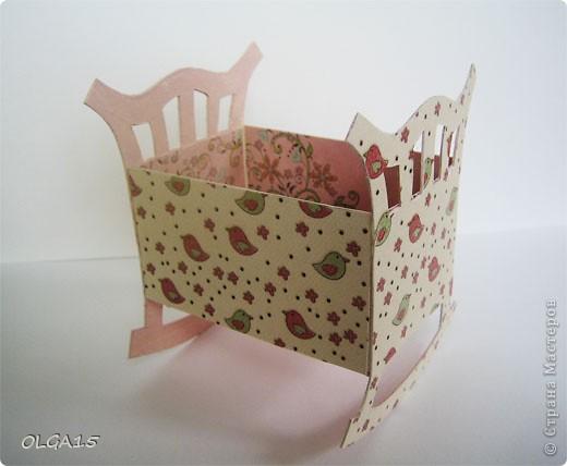 Кроватка из картона и бумаги для скрапбукинга. Высота 9 см., длинна 8 см. фото 3