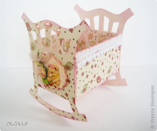 Кроватка из картона и бумаги для скрапбукинга. Высота 9 см., длинна 8 см. фото 5