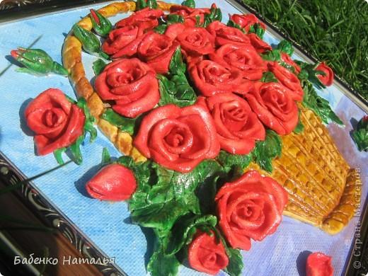 """Приветствую всех,кто заглянул ко мне!Сегодня я к вам с корзиночкой красных роз,которые """"собрала"""" к юбилею своей любимой крестной.Надеюсь,что они принесут ей радость,и будут напоминать обо мне,потому как живем мы далеко,и видимся очень редко.Всем желаю отличного настроения!Размер картины 30*40см. фото 3"""