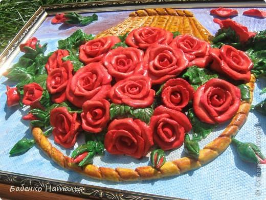 """Приветствую всех,кто заглянул ко мне!Сегодня я к вам с корзиночкой красных роз,которые """"собрала"""" к юбилею своей любимой крестной.Надеюсь,что они принесут ей радость,и будут напоминать обо мне,потому как живем мы далеко,и видимся очень редко.Всем желаю отличного настроения!Размер картины 30*40см. фото 4"""