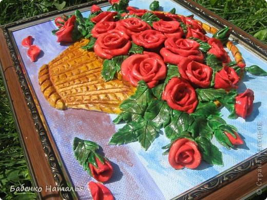 """Приветствую всех,кто заглянул ко мне!Сегодня я к вам с корзиночкой красных роз,которые """"собрала"""" к юбилею своей любимой крестной.Надеюсь,что они принесут ей радость,и будут напоминать обо мне,потому как живем мы далеко,и видимся очень редко.Всем желаю отличного настроения!Размер картины 30*40см. фото 5"""