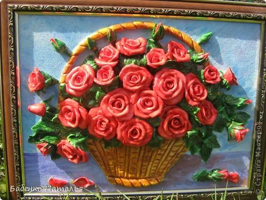"""Приветствую всех,кто заглянул ко мне!Сегодня я к вам с корзиночкой красных роз,которые """"собрала"""" к юбилею своей любимой крестной.Надеюсь,что они принесут ей радость,и будут напоминать обо мне,потому как живем мы далеко,и видимся очень редко.Всем желаю отличного настроения!Размер картины 30*40см. фото 1"""