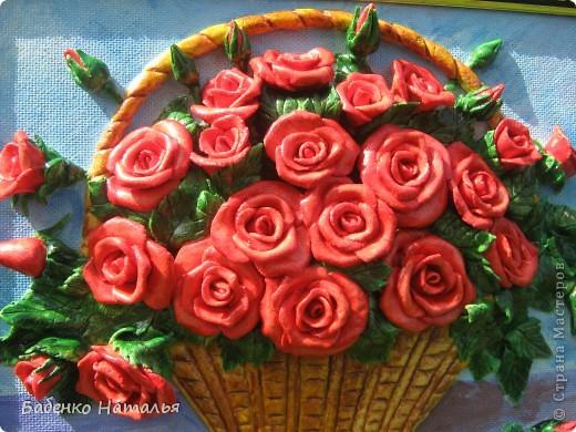 """Приветствую всех,кто заглянул ко мне!Сегодня я к вам с корзиночкой красных роз,которые """"собрала"""" к юбилею своей любимой крестной.Надеюсь,что они принесут ей радость,и будут напоминать обо мне,потому как живем мы далеко,и видимся очень редко.Всем желаю отличного настроения!Размер картины 30*40см. фото 2"""