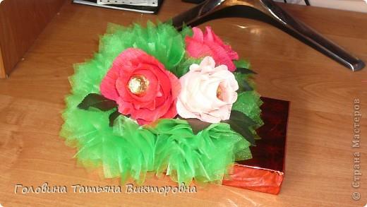 Запоковала подарочек, приклеела пенопласт и повтыкала цветочки. Вроде все просто - а 3 часа промучилась))) фото 1