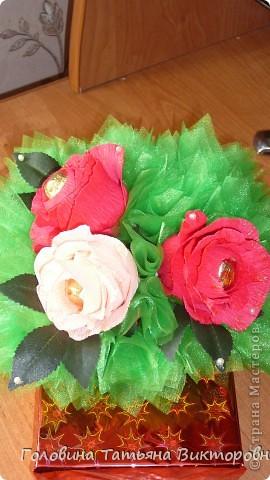 Запоковала подарочек, приклеела пенопласт и повтыкала цветочки. Вроде все просто - а 3 часа промучилась))) фото 2