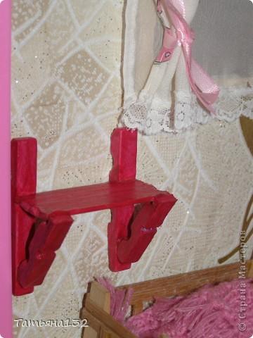 """Решили мы с дочкой затеять ремонт в нашем кукольном доме. Начали с детской, поскольку эта комната у нас самая """"обитаемая"""", можно сказать - перенаселенная. И любимая, после кухни. Раньше наша детская выгладела так http://stranamasterov.ru/node/329285 . Потом папа соорудил нам из прищепок пупсяшную кровать, а мы -  стол, и опять случилась перестановка http://stranamasterov.ru/node/367368 . На этот раз мы с Инной сделали в домике стены, потому что производители почему-то посчитали, что одной задней стенки будет вполне достаточно для создания кукольного уюта...  фото 4"""