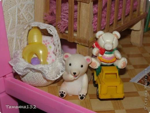 """Решили мы с дочкой затеять ремонт в нашем кукольном доме. Начали с детской, поскольку эта комната у нас самая """"обитаемая"""", можно сказать - перенаселенная. И любимая, после кухни. Раньше наша детская выгладела так http://stranamasterov.ru/node/329285 . Потом папа соорудил нам из прищепок пупсяшную кровать, а мы -  стол, и опять случилась перестановка http://stranamasterov.ru/node/367368 . На этот раз мы с Инной сделали в домике стены, потому что производители почему-то посчитали, что одной задней стенки будет вполне достаточно для создания кукольного уюта...  фото 8"""
