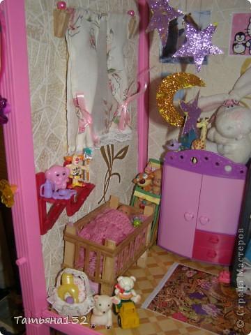 """Решили мы с дочкой затеять ремонт в нашем кукольном доме. Начали с детской, поскольку эта комната у нас самая """"обитаемая"""", можно сказать - перенаселенная. И любимая, после кухни. Раньше наша детская выгладела так http://stranamasterov.ru/node/329285 . Потом папа соорудил нам из прищепок пупсяшную кровать, а мы -  стол, и опять случилась перестановка http://stranamasterov.ru/node/367368 . На этот раз мы с Инной сделали в домике стены, потому что производители почему-то посчитали, что одной задней стенки будет вполне достаточно для создания кукольного уюта...  фото 9"""