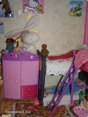"""Решили мы с дочкой затеять ремонт в нашем кукольном доме. Начали с детской, поскольку эта комната у нас самая """"обитаемая"""", можно сказать - перенаселенная. И любимая, после кухни. Раньше наша детская выгладела так http://stranamasterov.ru/node/329285 . Потом папа соорудил нам из прищепок пупсяшную кровать, а мы -  стол, и опять случилась перестановка http://stranamasterov.ru/node/367368 . На этот раз мы с Инной сделали в домике стены, потому что производители почему-то посчитали, что одной задней стенки будет вполне достаточно для создания кукольного уюта...  фото 10"""
