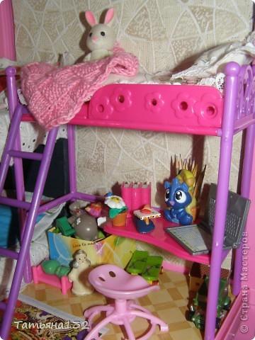 """Решили мы с дочкой затеять ремонт в нашем кукольном доме. Начали с детской, поскольку эта комната у нас самая """"обитаемая"""", можно сказать - перенаселенная. И любимая, после кухни. Раньше наша детская выгладела так http://stranamasterov.ru/node/329285 . Потом папа соорудил нам из прищепок пупсяшную кровать, а мы -  стол, и опять случилась перестановка http://stranamasterov.ru/node/367368 . На этот раз мы с Инной сделали в домике стены, потому что производители почему-то посчитали, что одной задней стенки будет вполне достаточно для создания кукольного уюта...  фото 11"""