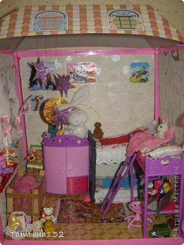 """Решили мы с дочкой затеять ремонт в нашем кукольном доме. Начали с детской, поскольку эта комната у нас самая """"обитаемая"""", можно сказать - перенаселенная. И любимая, после кухни. Раньше наша детская выгладела так http://stranamasterov.ru/node/329285 . Потом папа соорудил нам из прищепок пупсяшную кровать, а мы -  стол, и опять случилась перестановка http://stranamasterov.ru/node/367368 . На этот раз мы с Инной сделали в домике стены, потому что производители почему-то посчитали, что одной задней стенки будет вполне достаточно для создания кукольного уюта...  фото 1"""