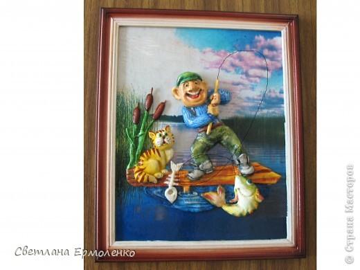 Вот такой рыбак получился...  идею нашла в интернете, но рыбака вылепила таким, какие они у нас есть, подобрала подходящий пейзаж и готово.  Леску сделала из нити (10№) смоченной в клее ПВА и высушенной,  правда на фото она нарисована... не успела сделать последний кадр... ушел рыбак к другому рыбаку.