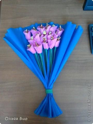 У коллеги по работе был недавно юбилей. Цветы живые дарили, цветы в горшочках дарили, а цветы-конфетки еще никто ей ни разу не дарил.
