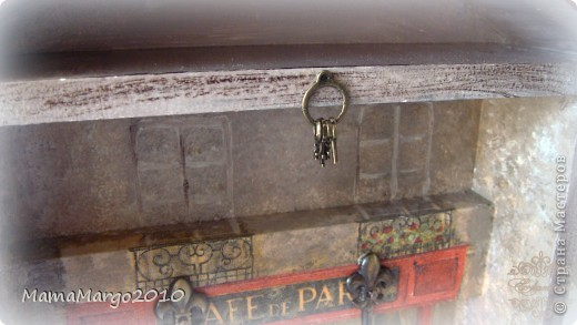 Ключница. Заготовка из МДФ, грунт, салфетка, подрисовка фона акрилом. На крыше тонкая структурная паста Сонет. Лак Тиккурилла Кива. Ну и подвесочки))) фото 3