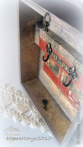 Ключница. Заготовка из МДФ, грунт, салфетка, подрисовка фона акрилом. На крыше тонкая структурная паста Сонет. Лак Тиккурилла Кива. Ну и подвесочки))) фото 5