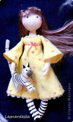 Вот и моя куколка. Имя Алиса. Потому что любит мечтать и витать в облаках, потому что мягкая и уютная, теплая девочка. Платье из фланельки (военные хомяковские запасы, страшно представить, 60х годов прошлого века :))) , волосы- атласная лента. фото 3