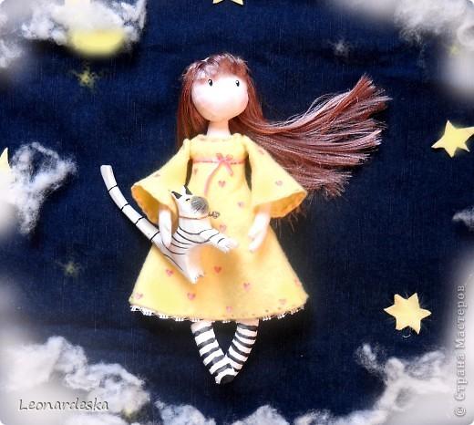 Вот и моя куколка. Имя Алиса. Потому что любит мечтать и витать в облаках, потому что мягкая и уютная, теплая девочка. Платье из фланельки (военные хомяковские запасы, страшно представить, 60х годов прошлого века :))) , волосы- атласная лента. фото 1