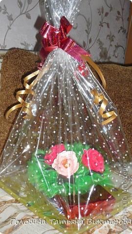 Запоковала подарочек, приклеела пенопласт и повтыкала цветочки. Вроде все просто - а 3 часа промучилась))) фото 3