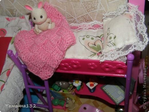 """Решили мы с дочкой затеять ремонт в нашем кукольном доме. Начали с детской, поскольку эта комната у нас самая """"обитаемая"""", можно сказать - перенаселенная. И любимая, после кухни. Раньше наша детская выгладела так http://stranamasterov.ru/node/329285 . Потом папа соорудил нам из прищепок пупсяшную кровать, а мы -  стол, и опять случилась перестановка http://stranamasterov.ru/node/367368 . На этот раз мы с Инной сделали в домике стены, потому что производители почему-то посчитали, что одной задней стенки будет вполне достаточно для создания кукольного уюта...  фото 12"""