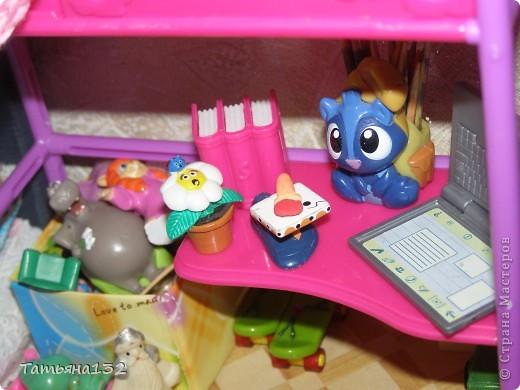 """Решили мы с дочкой затеять ремонт в нашем кукольном доме. Начали с детской, поскольку эта комната у нас самая """"обитаемая"""", можно сказать - перенаселенная. И любимая, после кухни. Раньше наша детская выгладела так http://stranamasterov.ru/node/329285 . Потом папа соорудил нам из прищепок пупсяшную кровать, а мы -  стол, и опять случилась перестановка http://stranamasterov.ru/node/367368 . На этот раз мы с Инной сделали в домике стены, потому что производители почему-то посчитали, что одной задней стенки будет вполне достаточно для создания кукольного уюта...  фото 13"""